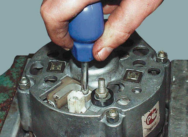 Этапы замены щеток генератора авто: снятие отработанных элементов, монтаж новых