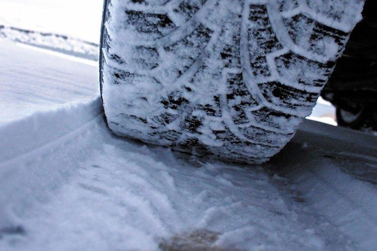 Движение в зимний период на летней резине: различия сезонных шин и несколько советов водителям