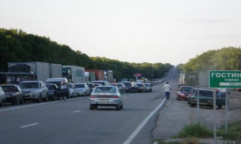 Трасса М2, возле погранперехода Нехотеевка длинная очередь