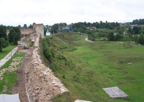 Вид с просмотровой площадки башни Луковка на Талавскую башню и Коркунскую часовню, Изборск трасса А212