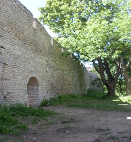 Ворота в крепостной стене Порхов, Трасса М20
