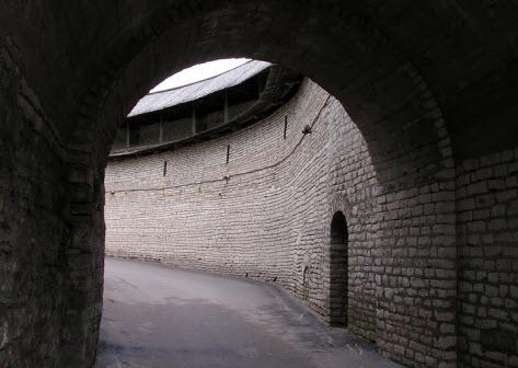 Псковская крепость Вид из арки (великие ворота) на входе в кремль, трасса М20