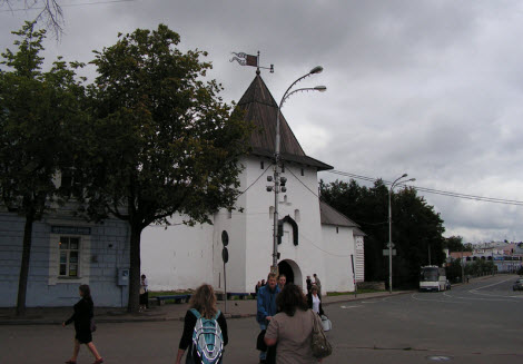 Рыбницкая башня (Башня над святыми воротами)вид из города, трасса М20