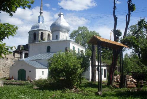 Трасса М20, Никольская башня, Никольская церковь