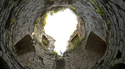 Вид внутри Наугольной башни, Копорской крепости, трасса М11