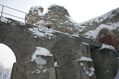 Вид из-под моста на Копорскую крепость, достопримечательности трассы м11