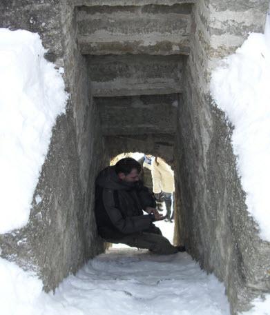 Копорье, лестница в Средней башне, зимой можно забраться, только упираясь в стены