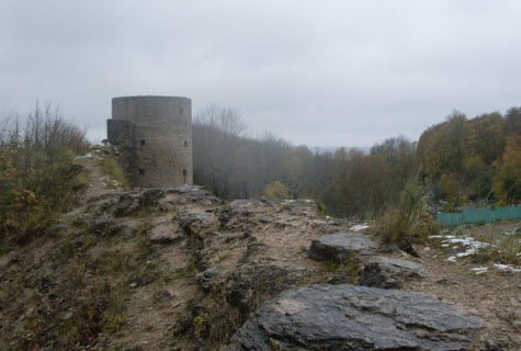 Средняя башня Копорской крепости, вид с просмотровой площадки Северной воротной башни, трасса М11
