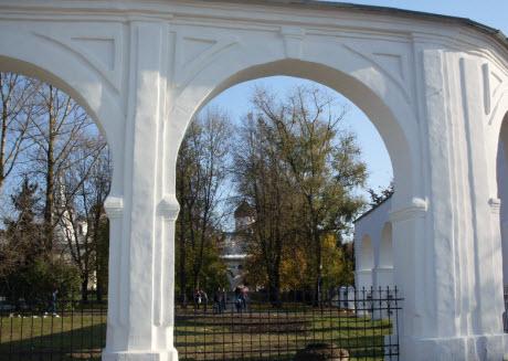 Трасса М10, Новгород, Вид с Ярославова дворища на церкви