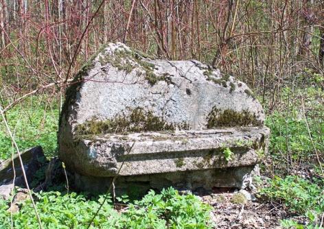 Каменная скамья в Михайловском парке в Стрельне