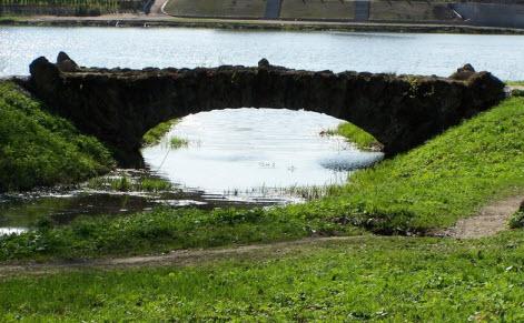 Один из мостиков Орловского пруда в Стрельне