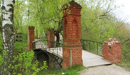 достопримечательности трассы Дон, мост в парке возле замка принцессы Ольденбургской