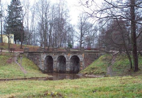 Ломоносов, Петровский мост через речку Карость
