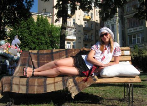 на скамейке, поездка в Киев