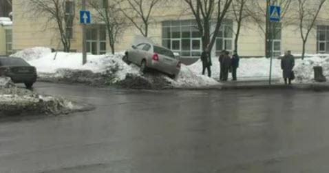 Машина чуть не сбила пешеходов