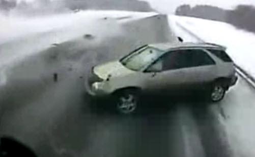 авария на трассе М52, внедорожник попал под грузовик