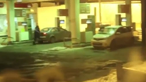 девушка моет машину бензином