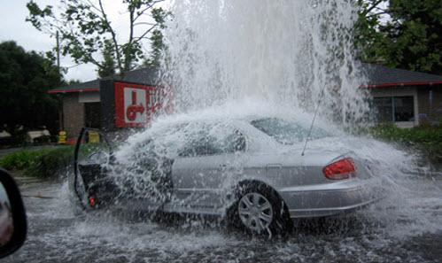 на машину обрушилась вода, каско