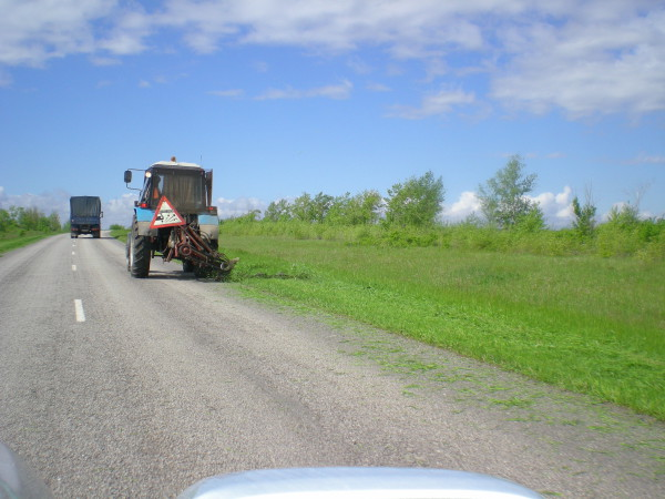 трактор косит траву ростовская область