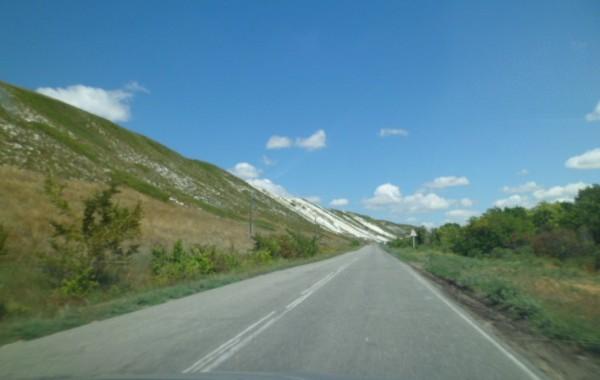 меловые горы вдоль трассы в белогорский монастырь