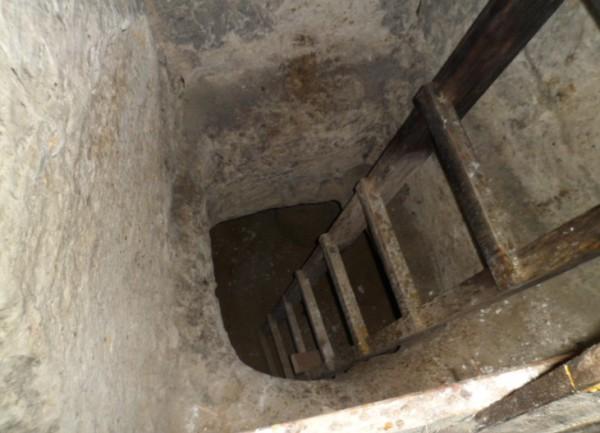 лестница на нижние ярусы пещеры