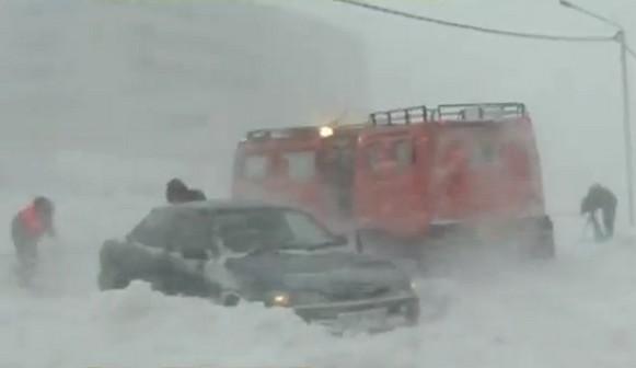 тягачи вытаскивают автомобили из сугробов
