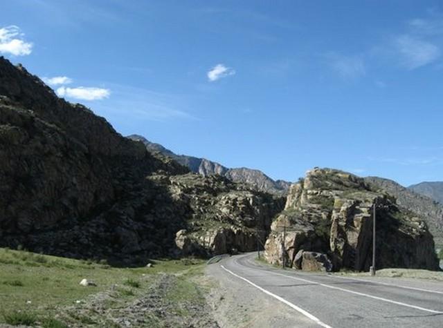 скалы вдоль дороги горный алтай