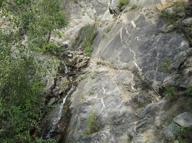 тропа вдоль скалы алтай