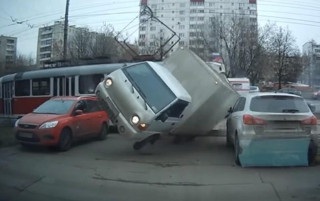 трамвай сбил грузовик