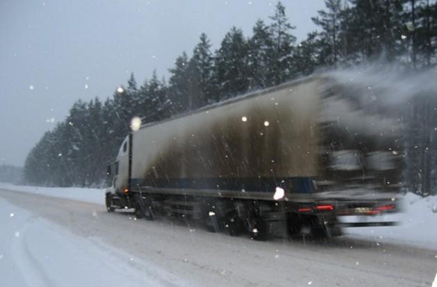 фура на снежной дороге