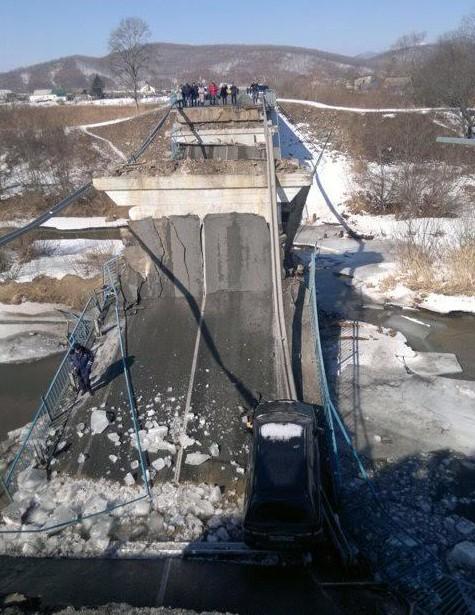 минивэн на рухнувшем мосту на трассе а188