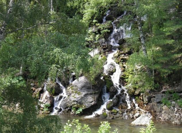 Водопад на другой стороне реки Кумир у Девичьих плёсов