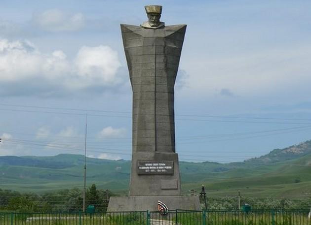 памятник горцу