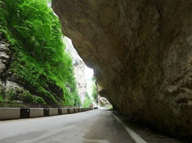 нависающая скала по дороге