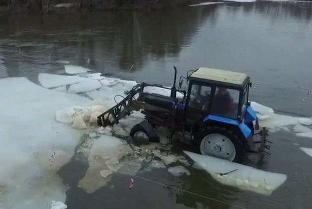 трактор разгоняет льдины