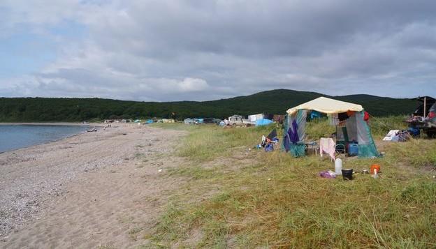 палатки на берегу моря