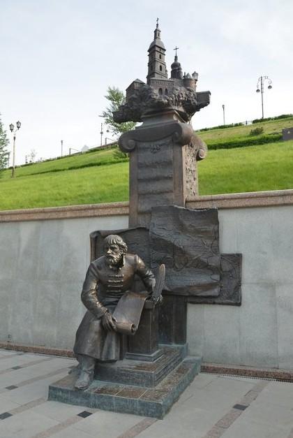 памятник на реке тура