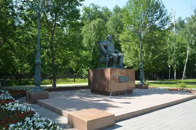 Памятник купцу Андрею Текутьеву возле Текутьевского кладбища.