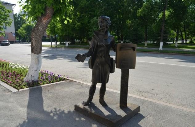 Памятник почтальону у главпочтамта