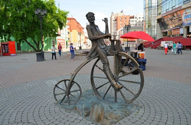 Памятник изобретателю велосипеда Артамонову