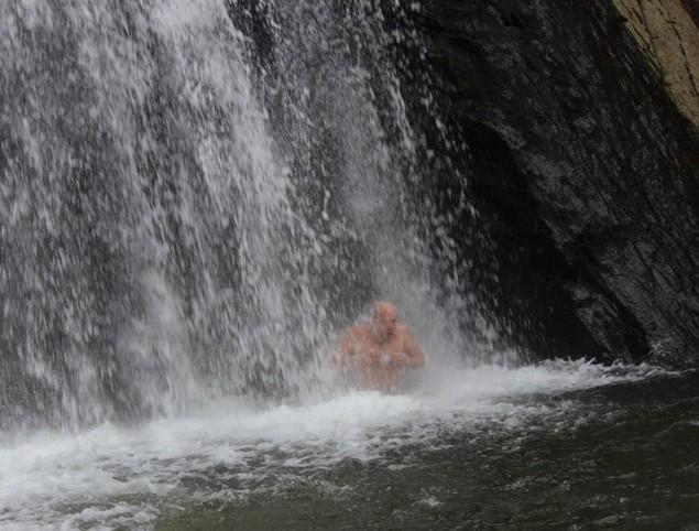 купание в водопаде кобру