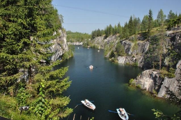 лодки в мраморном каньоне