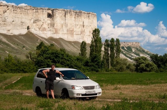 на авто в крым возле белой скалы