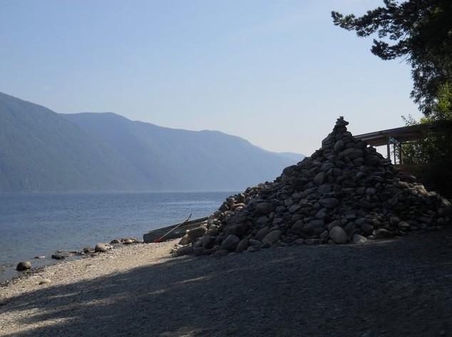 Могила шамана на берегу