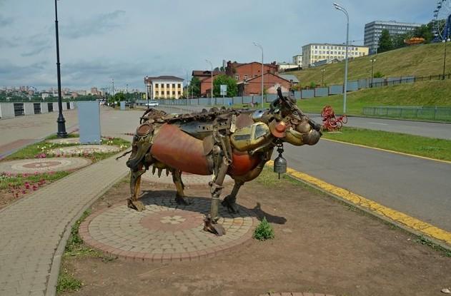Интересные скульптуры на набережной Ижевского пруда. корова