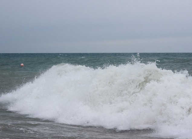 на море шторм