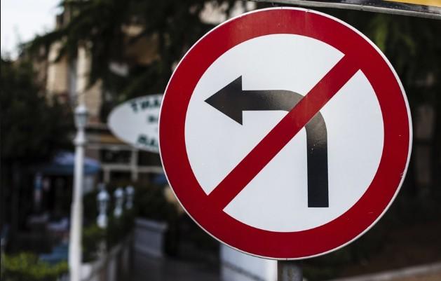 Поворот налево запрещен на трассе м-7