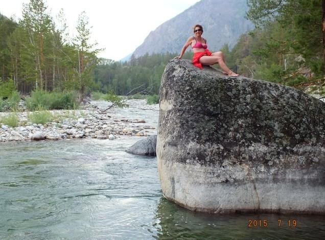 камень монолит на реке алла