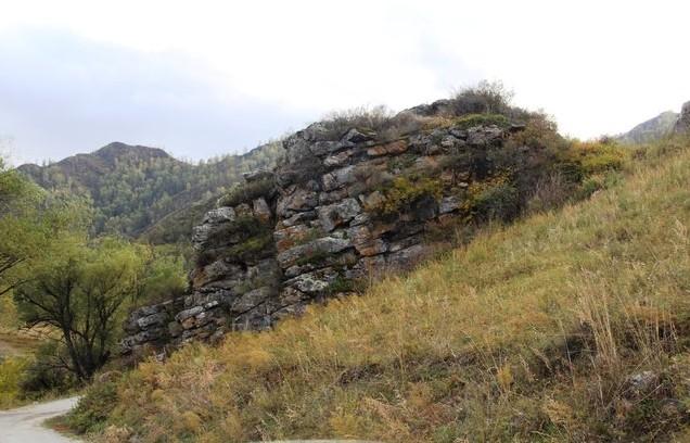 По дороге в Ороктой — каменная стена