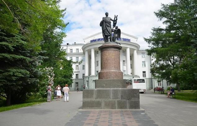 Памятник Ломоносову в тоге